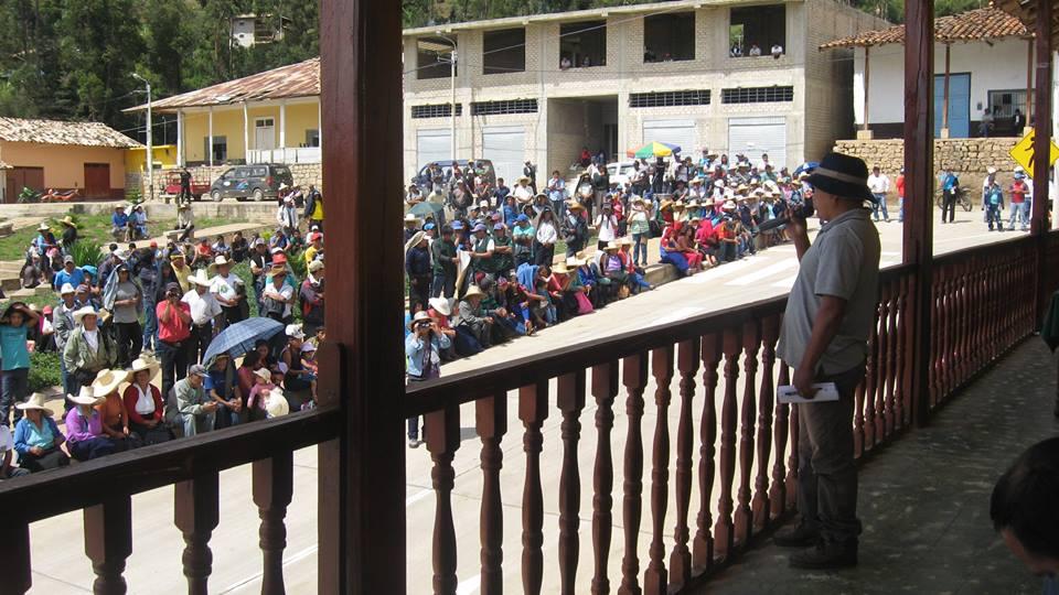 Dirigente del frente de vigilancia del medio ambiente, arengando a su pueblo