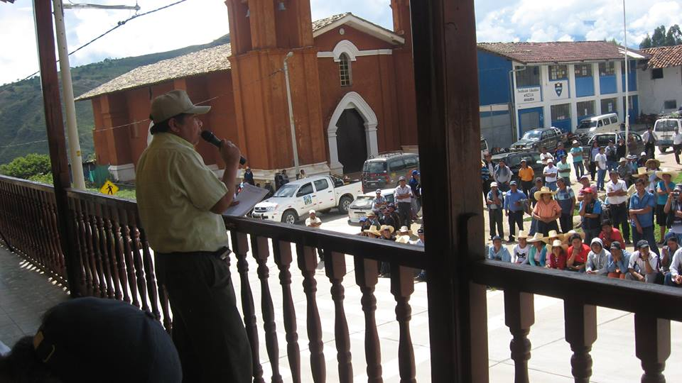 Coordinador general del frente de defensa y desarrollo de cajabamba, dirigiendose a su pueblo para defender el medio ambiente y desarrollo sostenible